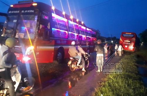 Hai xe khách đối đầu, hàng chục người bị thương - Ảnh 2