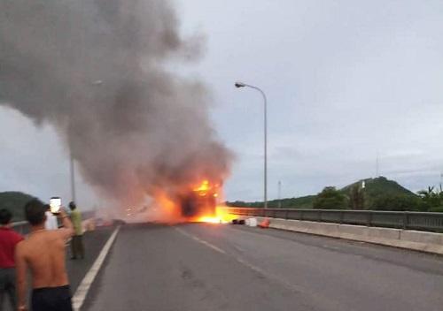 Xe khách đang chạy bất ngờ bốc cháy dữ dội, 40 người đạp cửa tháo chạy - Ảnh 1