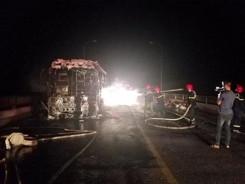 Xe khách đang chạy bất ngờ bốc cháy dữ dội, 40 người đạp cửa tháo chạy - Ảnh 3