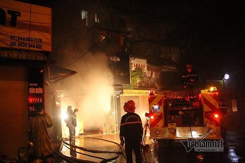 Hà Nội: Khu tập thể cháy lớn trong đêm, hàng trăm cư dân hoảng loạn - Ảnh 1