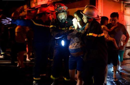 Hà Nội: Khu tập thể cháy lớn trong đêm, hàng trăm cư dân hoảng loạn - Ảnh 3