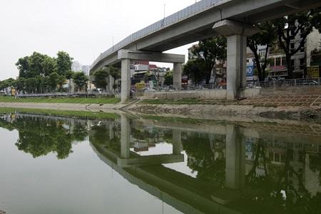Nước sông Tô Lịch bất ngờ xanh như hồ Gươm sau đợt mưa kéo dài - Ảnh 3
