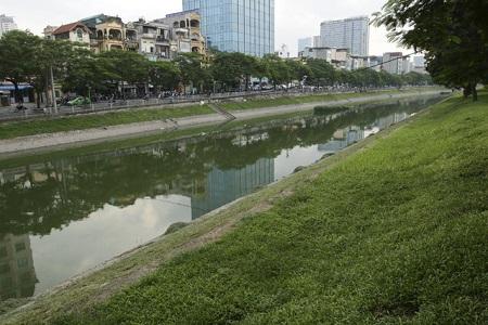 Nước sông Tô Lịch bất ngờ xanh như hồ Gươm sau đợt mưa kéo dài - Ảnh 5