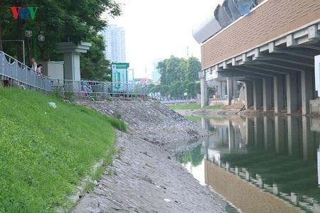 Nước sông Tô Lịch bất ngờ xanh như hồ Gươm sau đợt mưa kéo dài - Ảnh 7