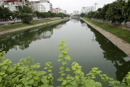 Nước sông Tô Lịch bất ngờ xanh như hồ Gươm sau đợt mưa kéo dài - Ảnh 1