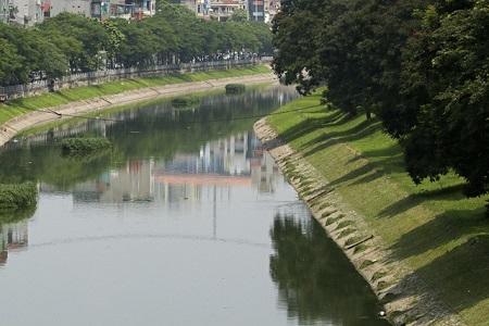 Nước sông Tô Lịch bất ngờ xanh như hồ Gươm sau đợt mưa kéo dài - Ảnh 2