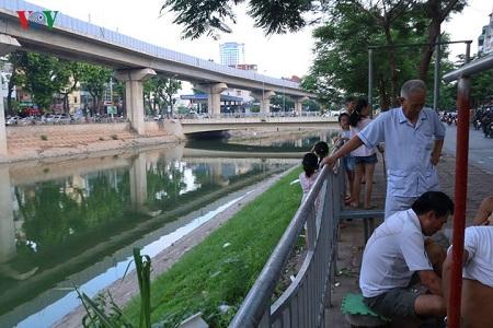 Nước sông Tô Lịch bất ngờ xanh như hồ Gươm sau đợt mưa kéo dài - Ảnh 8