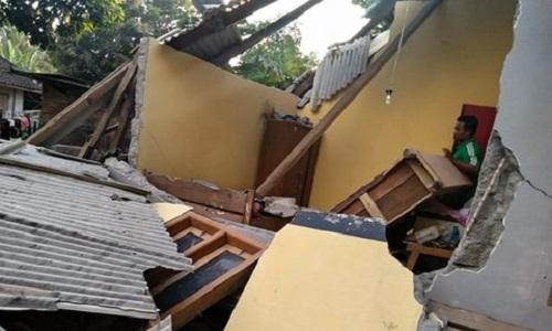 Indonesia: Động đất sáng sớm, 10 người tử vong, nhiều tòa nhà đổ sập - Ảnh 1