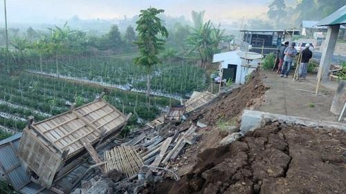 Indonesia: Động đất sáng sớm, 10 người tử vong, nhiều tòa nhà đổ sập - Ảnh 2