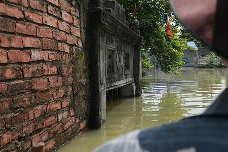 Chùm ảnh: Nước ngập đến cổ, người dân Thủ đô đưa lợn, gà lên nhà ăn ngủ cùng chủ - Ảnh 11