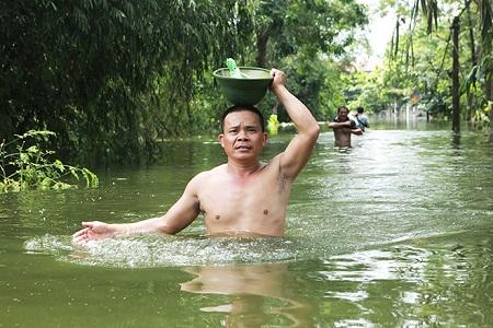 Chùm ảnh: Nước ngập đến cổ, người dân Thủ đô đưa lợn, gà lên nhà ăn ngủ cùng chủ - Ảnh 6