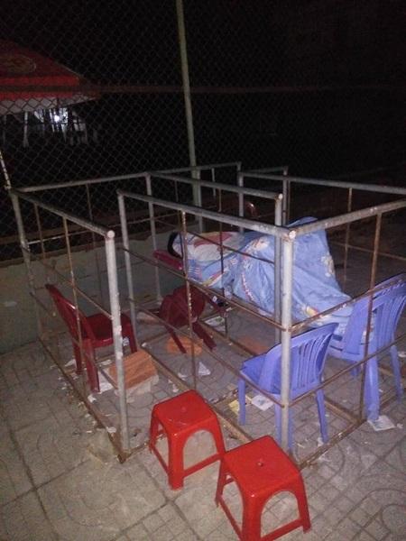Những hàng gạch xếp dài trước cổng nhà thi đấu thể thao tỉnh Hà Tĩnh - Ảnh 4