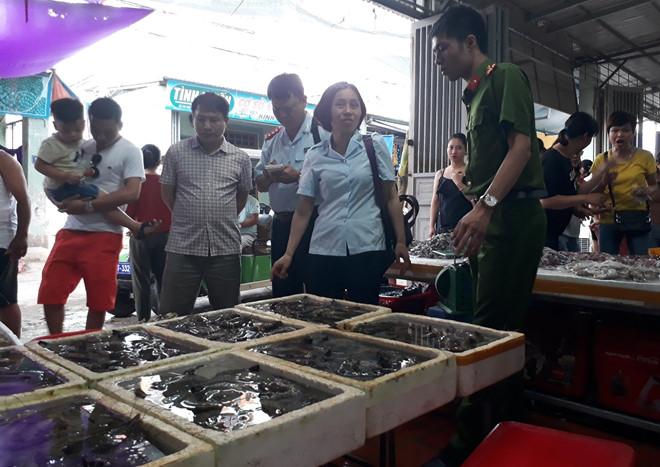 Phát hiện 2 cơ sở kinh doanh bơm tạp chất vào tôm ở Sầm Sơn - Ảnh 2
