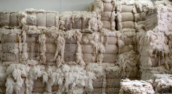 """Công ty Trung Quốc trả nợ bằng áo len, giăm bông... khiến giới đầu tư """"méo mặt"""" - Ảnh 1"""