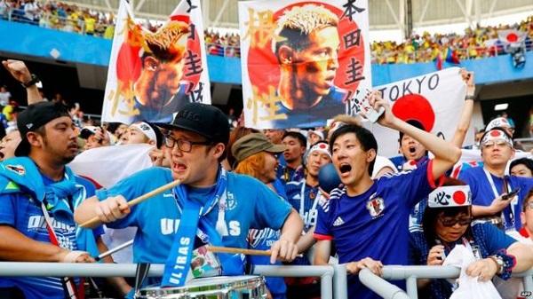 Cổ động viên Nhật Bản dọn rác trên khán đài sau trận đấu với Colombia khiến cộng đồng mạng khâm phục - Ảnh 1