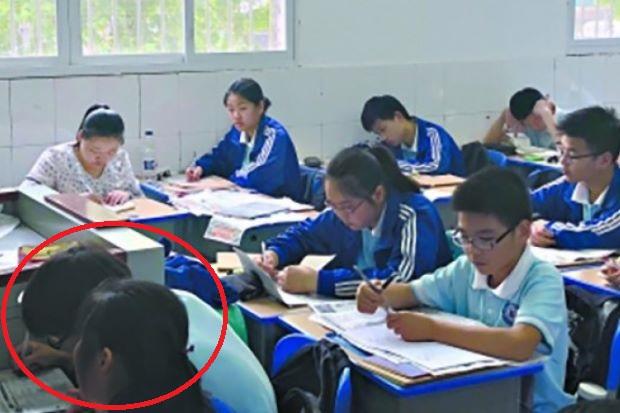 Bà mẹ kê ghế ngồi cạnh con trong lớp học suốt 3 năm gây tranh cãi - Ảnh 1
