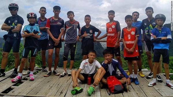 Kỳ diệu: Đội bóng Thái Lan mắc kẹt dưới hang đá đã được tìm thấy trong điều kiện sức khỏe tốt - Ảnh 1