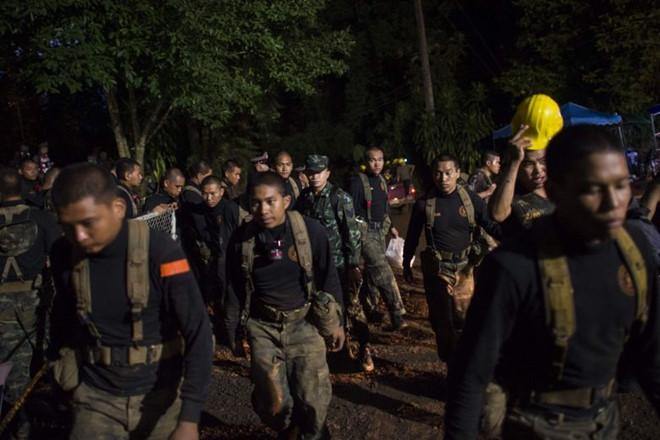 Công bố thời điểm quyết định phải giải cứu đội bóng Thái Lan mắc kẹt trong hang - Ảnh 1