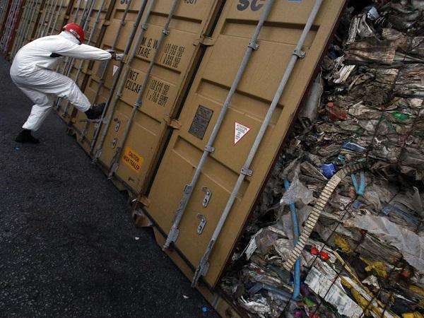 Ba Lan gửi trả Anh 1.000 tấn rác thải nhập lậu - Ảnh 1