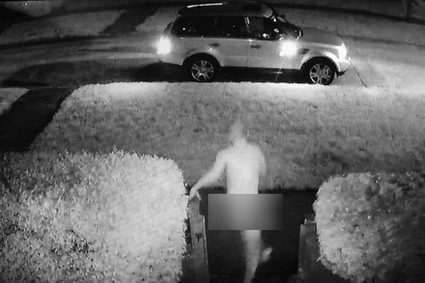 Hy hữu: Phát hiện bị trộm xe, người đàn ông khỏa thân phóng ra ngăn chặn - Ảnh 1