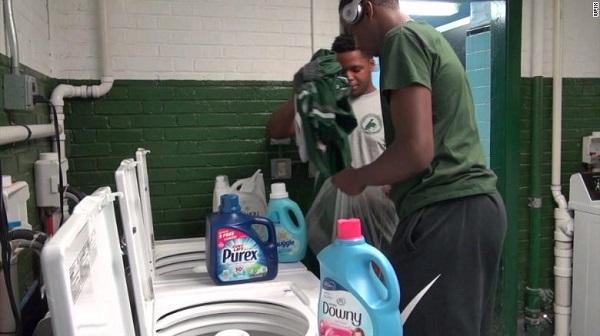 Học sinh bị trêu chọc vì quần áo bẩn, hiệu trưởng xây cả tiệm giặt là phục vụ - Ảnh 1