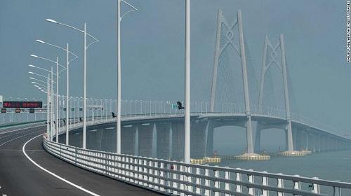 Trung Quốc thông xe cây cầu vượt biển dài nhất thế giới trị giá 20 tỷ USD - Ảnh 1