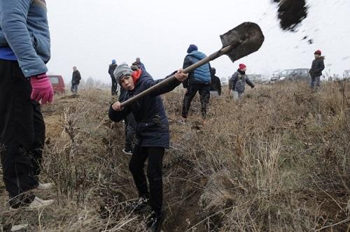 Người Ukraine đào hào đắp đất, sẵn sàng cho cuộc xung đột tiềm năng với Nga - Ảnh 1