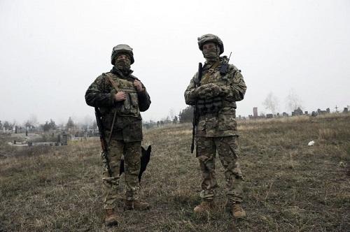 Người Ukraine đào hào đắp đất, sẵn sàng cho cuộc xung đột tiềm năng với Nga - Ảnh 2