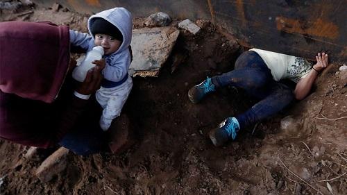 Cậu bé 8 tháng tuổi được bố 'luồn' qua lỗ hổng ở bức tường biên giới Mexico sang Mỹ - Ảnh 1
