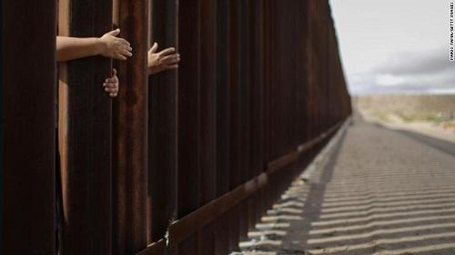 Bé gái nhập cư 7 tuổi tử vong trong trại giam biên phòng Mỹ - Ảnh 1