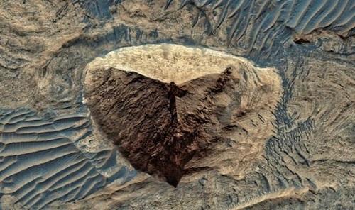 Thực hư thông tin phát hiện cấu trúc kim tự tháp trên sao Hỏa?  - Ảnh 1