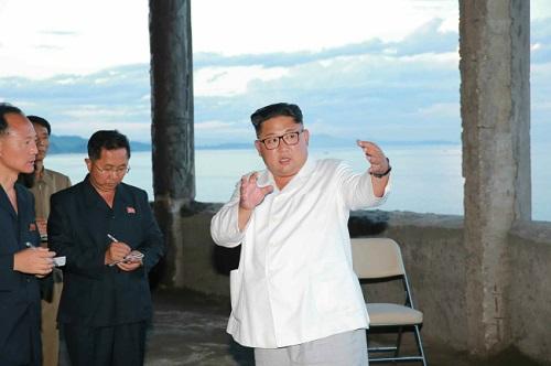 Ông Kim Jong-un thị sát công trình xây dựng, khiển trách quan chức vì chậm tiến độ - Ảnh 1