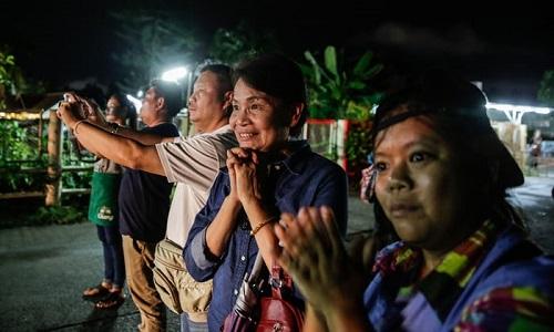 Những cầu thủ nhí được giải cứu từ hang Tham Luang chưa thể gặp cha mẹ - Ảnh 1