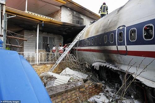 Hiện trường vụ tai nạn máy bay ở Iran khiến 15 người thiệt mạng - Ảnh 1