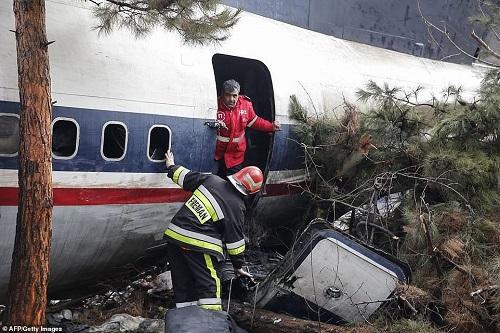 Hiện trường vụ tai nạn máy bay ở Iran khiến 15 người thiệt mạng - Ảnh 3