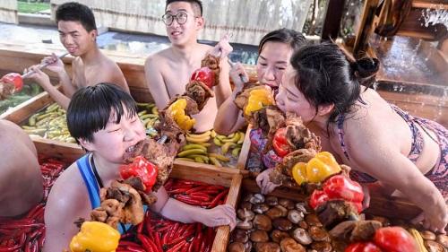 Độc đáo dịch vụ 'tắm nước lẩu' dành cho khách du lịch ở Trung Quốc  - Ảnh 2