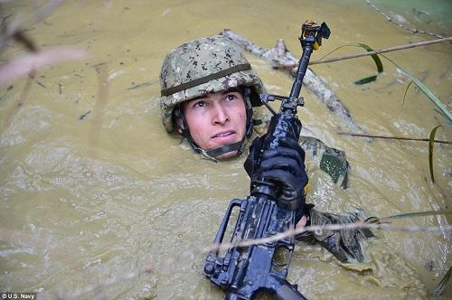 Những hình ảnh ấn tượng phô diễn sức mạnh hải quân Mỹ trong năm 2018 - Ảnh 1