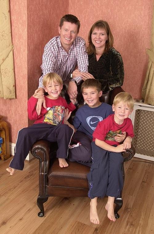 Cùng vợ nuôi nấng 3 người con suốt 20 năm, triệu phú Anh bàng hoàng phát hiện bị vô sinh  - Ảnh 1