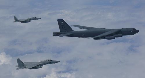 Mỹ điều 2 'pháo đài bay' B-52 đến diễn tập trên biển Hoa Đông - Ảnh 1