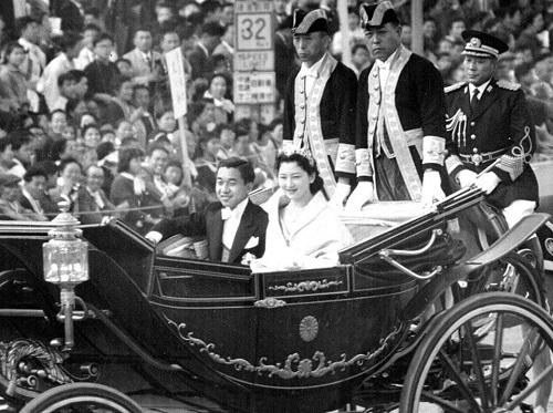 Chùm ảnh: Chuyện tình lãng mạn 60 năm của Nhà vua và Hoàng hậu Nhật Bản  - Ảnh 5