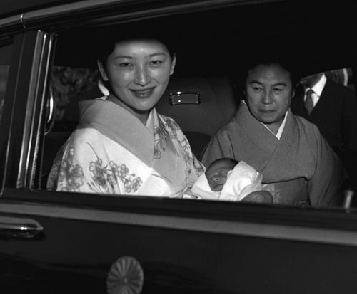 Chùm ảnh: Chuyện tình lãng mạn 60 năm của Nhà vua và Hoàng hậu Nhật Bản  - Ảnh 7