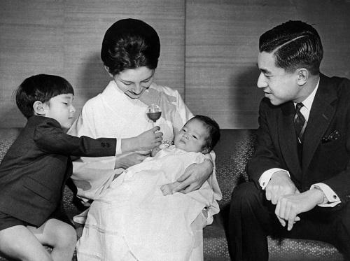 Chùm ảnh: Chuyện tình lãng mạn 60 năm của Nhà vua và Hoàng hậu Nhật Bản  - Ảnh 8