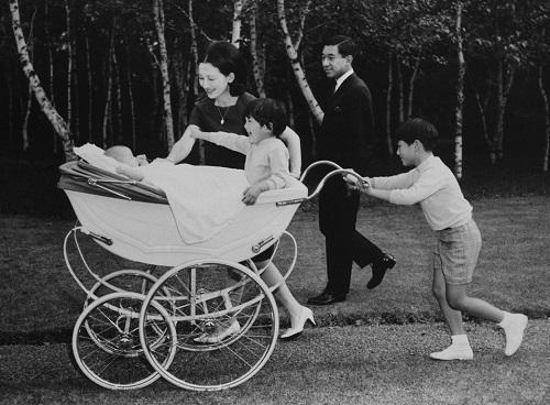 Chùm ảnh: Chuyện tình lãng mạn 60 năm của Nhà vua và Hoàng hậu Nhật Bản  - Ảnh 9