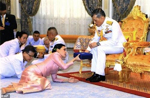 Nguyên nhân Hoàng hậu Thái Lan quỳ rạp trước chồng trong lễ sắc phong - Ảnh 1