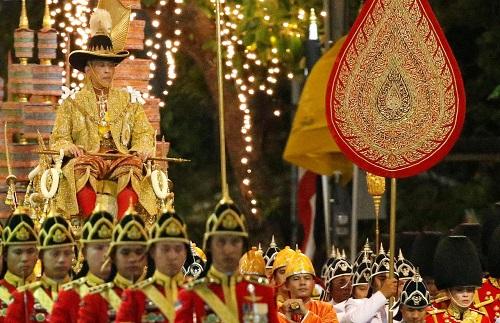 Quốc vương Thái Lan ngồi kiệu dát vàng 16 người khiêng trong lễ rước đăng quang - Ảnh 1