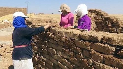 Mệt mỏi vì chiến tranh, phụ nữ Syria xây dựng ngôi làng theo kiểu 'Nữ nhi quốc' - Ảnh 2