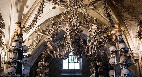 Khám phá nhà thờ độc đáo trang trí bằng 40.000 sọ người - Ảnh 1