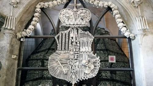 Khám phá nhà thờ độc đáo trang trí bằng 40.000 sọ người - Ảnh 2