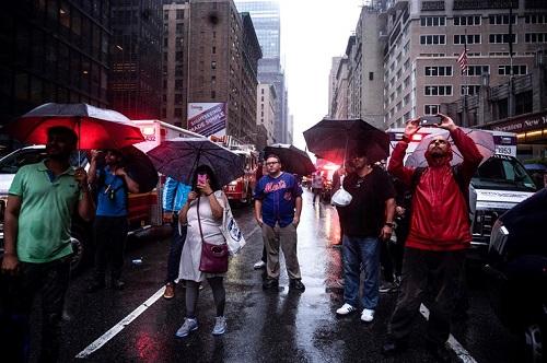 Người New York lo sợ về thảm hoạ giống khủng bố 11/9 khi trực thăng đâm vào toà nhà cao tầng - Ảnh 3