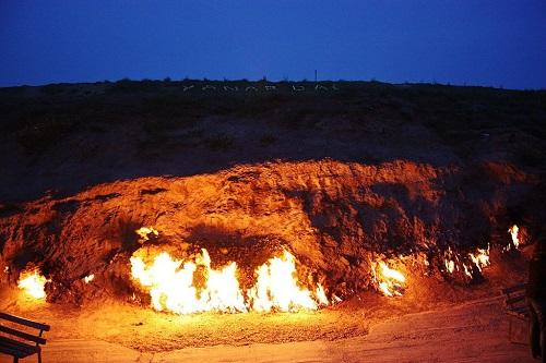 Yanar Dag: Vùng đất thiêng với ngọn lửa vĩnh cửu bùng cháy 4.000 năm - Ảnh 2